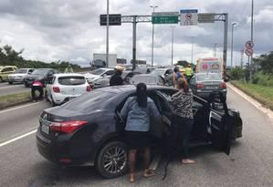 Durante tiroteios, pela manhã, motoristas voltaram pela contramão Foto: Roberto Moreyra