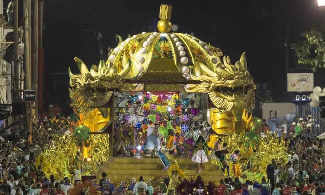 A coroa, símbolo da escola, veio sob a guarda de dragões chineses Foto: Alexandre Cassiano / Agência O Globo