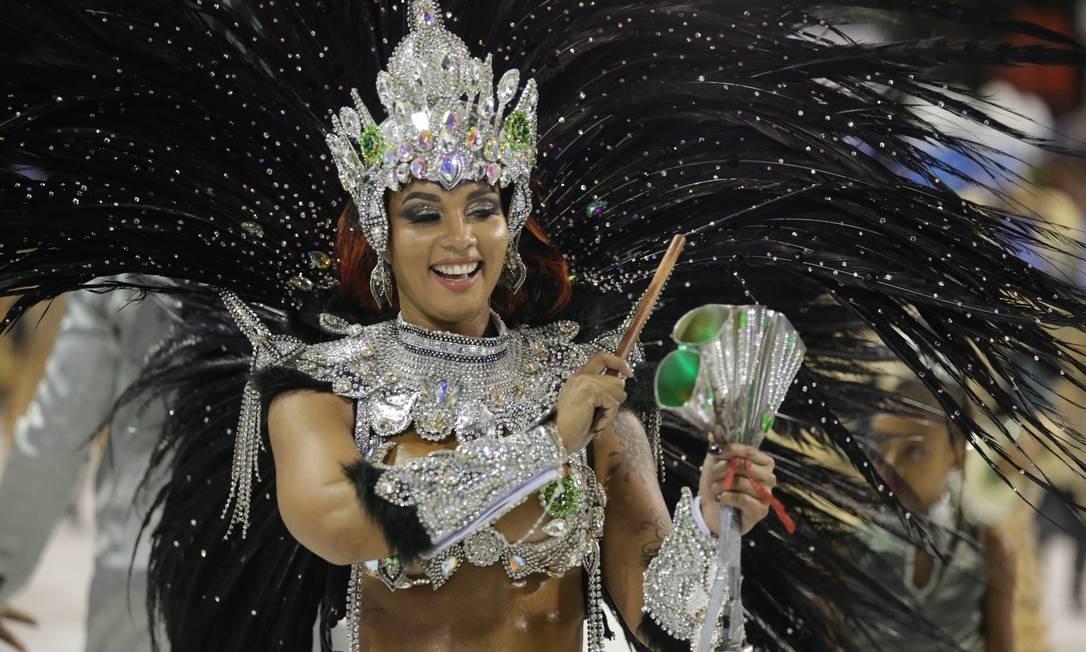 Milena Nogueira, rainha de bateria do Império, demonstra suas habilidades na percussão com um agogô Foto: Marcio Alves / Agência O Globo
