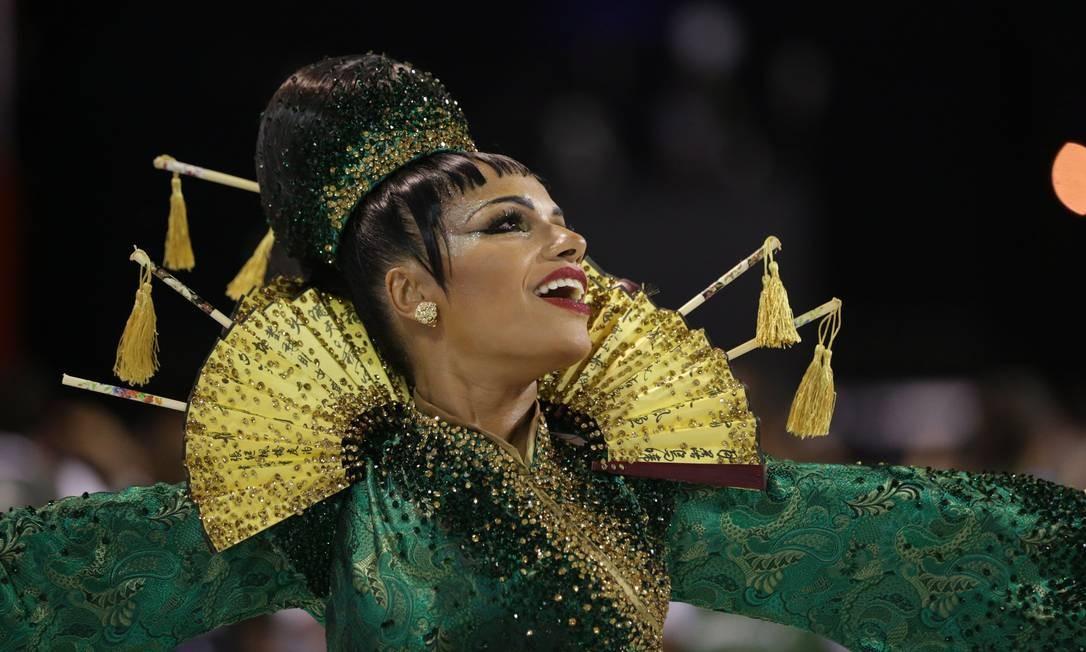Musa do Império Serrano, Quitéria Chagas atravessa a Sapucaí vestida de chinesa Foto: Marcio Alves / Agência O Globo