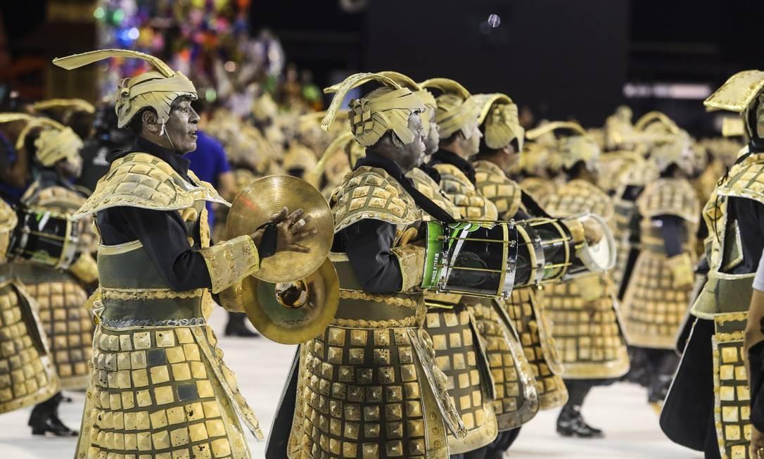 Bateria do Império Serrano reproduz o Exército de terracota, parte da cultura chinesa que representa os soldados do primeiro imperador do país, Qin Shi Huang Foto: Fabiano Rocha / Agência O Globo