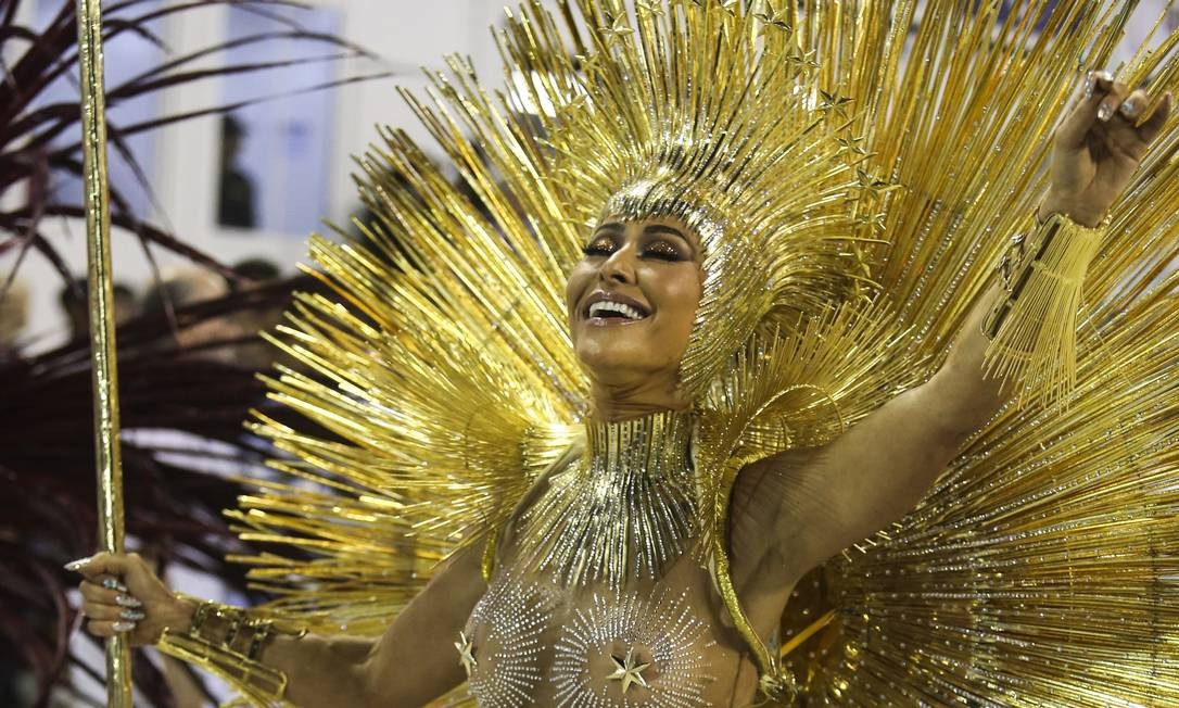 Sabrina Sato conduz a bateria da Vila Isabel na Marquês de Sapucaí, terceira escola de samba a desfilar no carnaval do Rio Foto: Fabiano Rocha / Agência O Globo