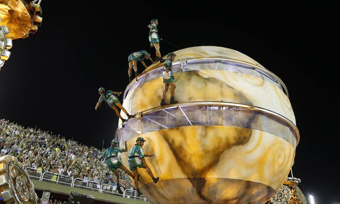 Artistas circenses dão volta ao mundo em alegoria da Vila Isabel Foto: Antonio Scorza / Agência O Globo
