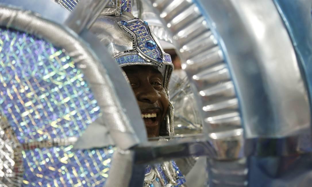"""""""Corra que o futuro vem aí"""" é o enredo futurista da azul e branca de Vila Isabel, cujo desfile exalta os maiores inventores da humanidade Foto: Antonio Scorza / Agência O Globo"""