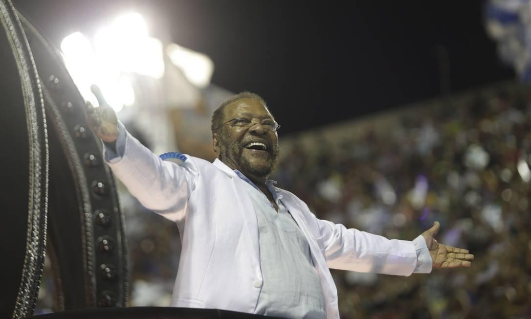 Estrela maior da agremiação, Martinho da Vila é ovacionado durante percurso na avenida Foto: Gabriel de Paiva / Agência O Globo