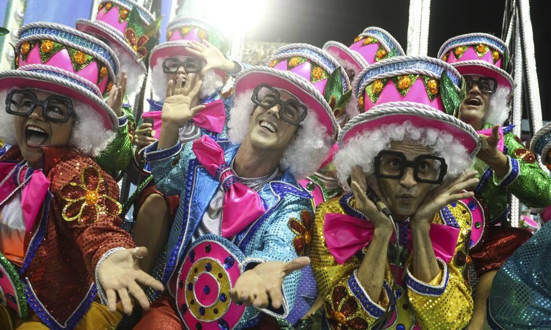 Chacrinha, embora seja personagem do enredo da Acadêmicos do Grande Rio neste carnaval, também marcou presença no desfile da Vila Isabel Foto: Fabiano Rocha / Agência O Globo