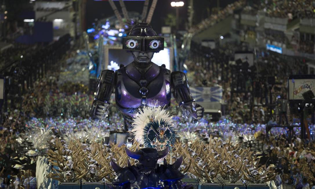 Um robô gigante integrou uma alegoria da Vila Isabel, que esbanjou das luzes em desfile Foto: Alexandre Cassiano / Agência O Globo