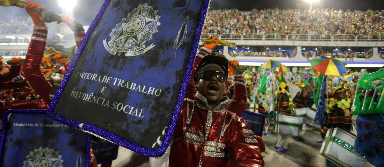 Desfile da Tuiuti também teve tom crítico ao governo de Michel Temer, com referências à reforma trabalhista; ala mostrou carteira de trabalho avariada Foto: Marcio Alves / Agência O Globo