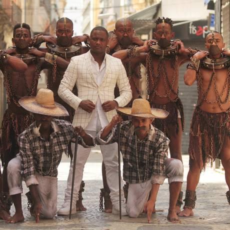 Integrantes da comissão de frente da Paraíso do Tuiuti posam com seu coreógrafo Patrick Carvalho. Foto: Fernanda Dias / Agência O Globo