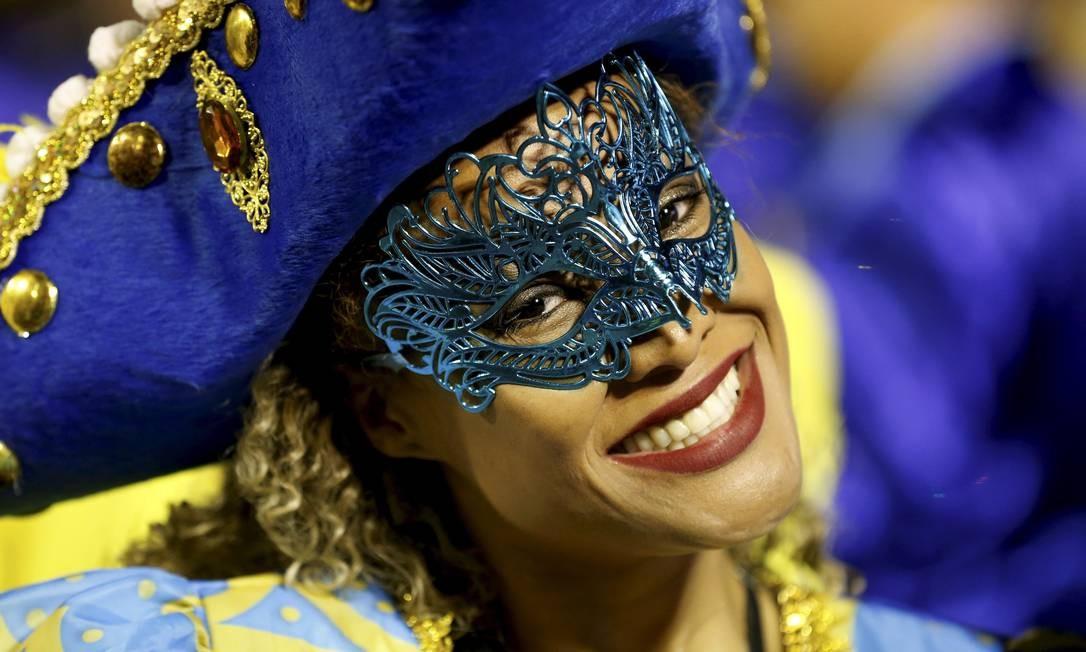 Componentes usam alegria e samba no pé como armas para completar a longa travessia da Sapucaí Domingos Peixoto / Agência O Globo