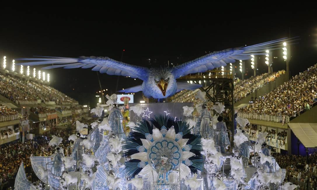 Símbolo da escola de Madureira, águia azul e branca da Portela sobrevoa a Marquês de Sapucaí Alexandre Cassiano / Agência O Globo