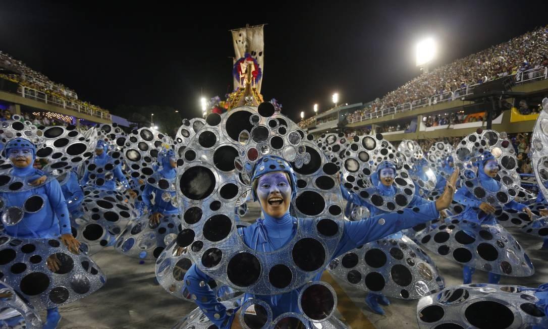Ala espelhada da Portela reflete luzes do Sambódromo, criando efeito chamativo Domingos Peixoto / Agência O Globo