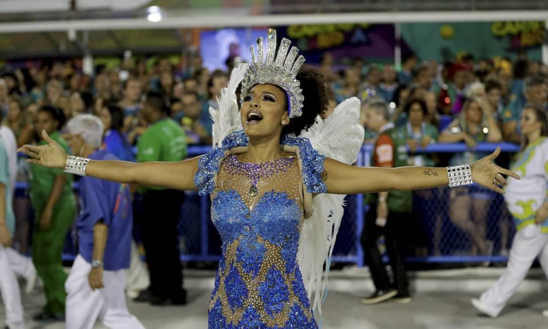 Com figurino leve, atriz Sheron Menezzes esbanja beleza e simpatia pela Avenida Guito Moreto / Agência O Globo