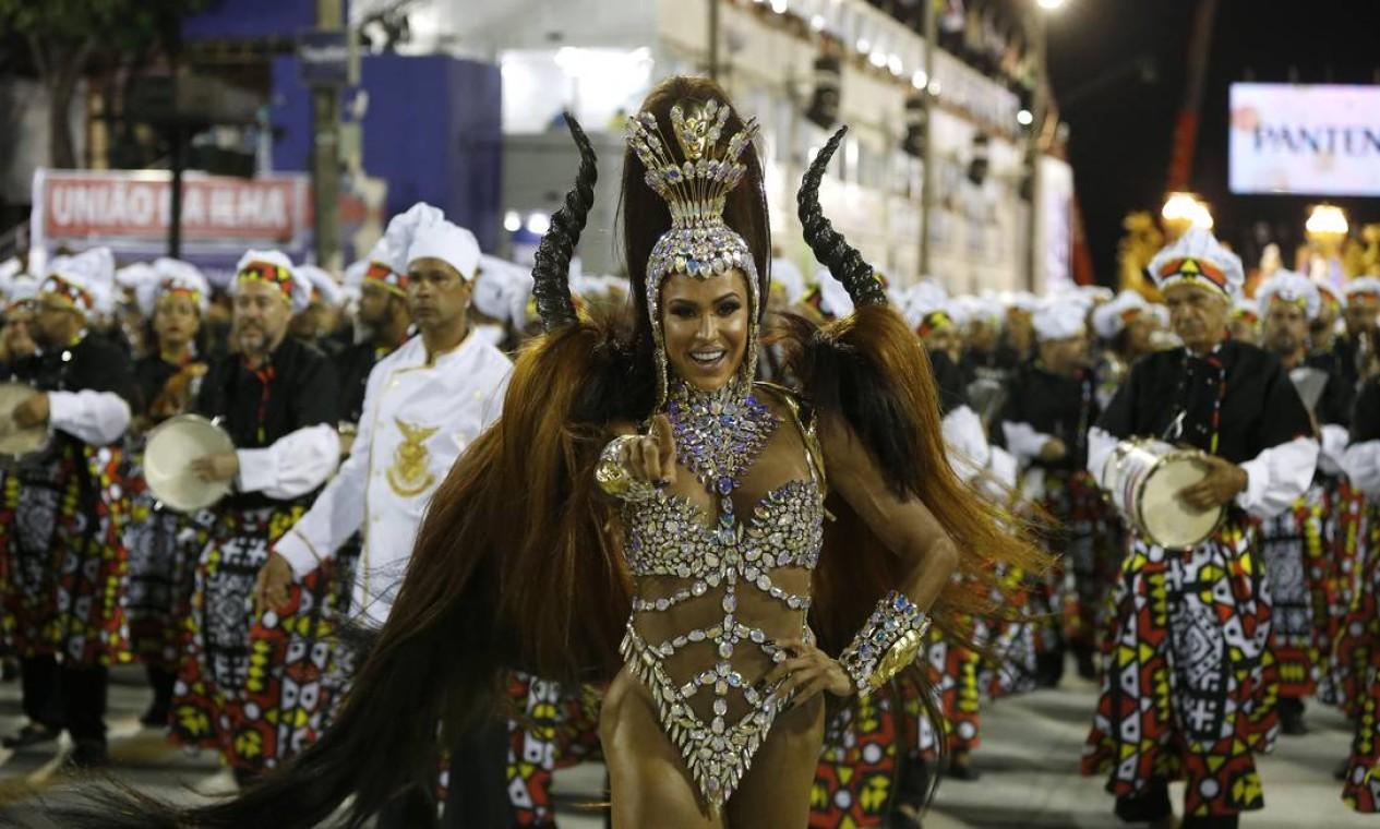 Gracyanne Barbosa voltou ao posto de rainha de bateria após um ano fora do carnaval, conduzindo ritmistas cozinheiros da União da Ilha Foto: Domingos Peixoto / Agência O Globo
