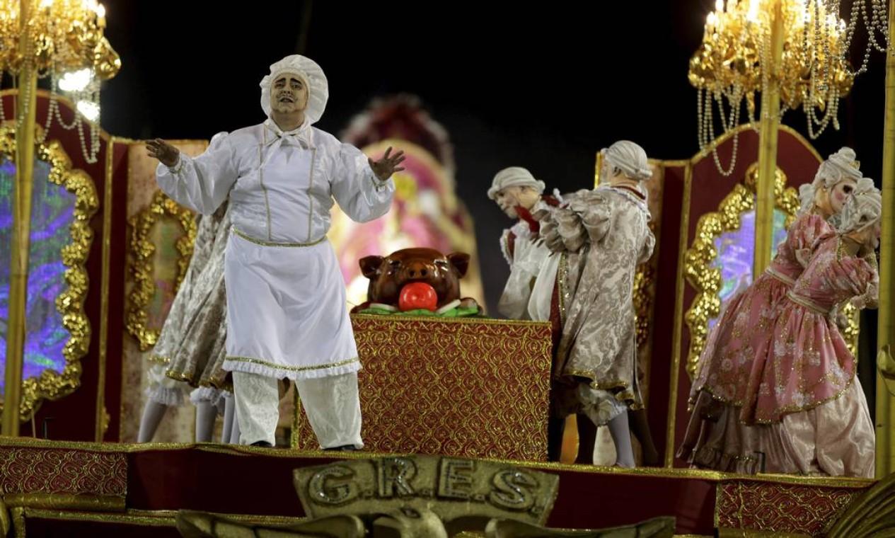 Comissão de frente da Ilha representou os fartos banquetes da corte portuguesa, nos primórdios da colonização do Brasil Foto: Guito Moreto / Agência O Globo