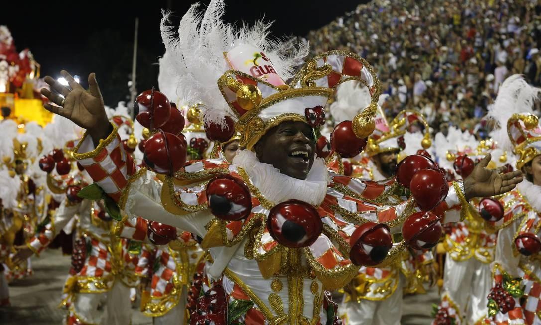 Na União da Ilha, gola de arlequim é feita com frutinhos de guaraná Domingos Peixoto / Agência O Globo