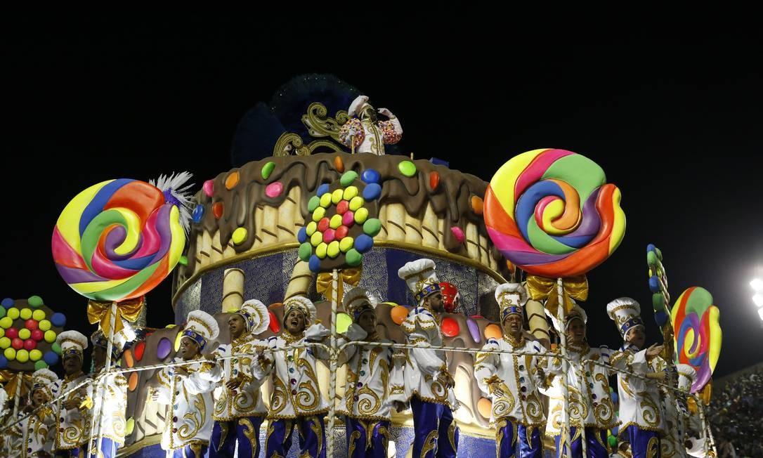 Alegoria de bolo de chocolate da Ilha carrega chefs especializados na culinária brasileira Domingos Peixoto / Agência O Globo