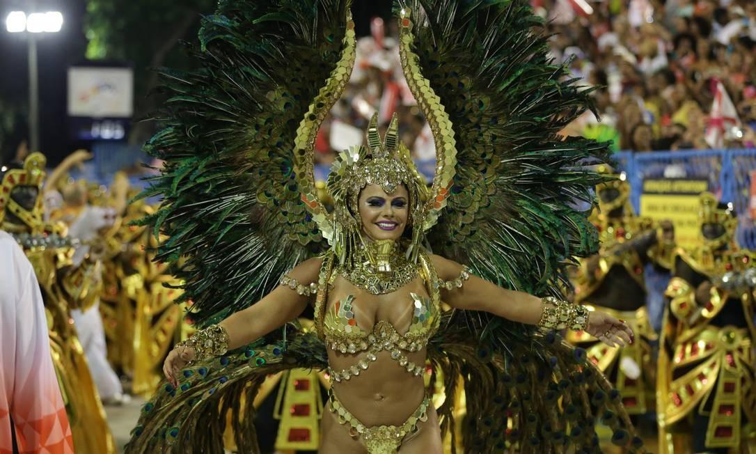 Repleta de penas e elementos dourados, Viviane Araújo comanda bateria da Acadêmicos do Salgueiro Marcio Alves / Agência O Globo