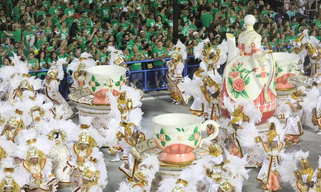Também componente da cultura gastronômica brasileira, chá entrou no desfile com esculturas e componentes caracterizados Bárbara Lopes / Agência O Globo
