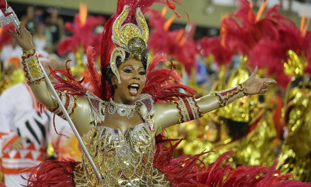 Porta-bandeira do Salgueiro passeia pela Sapucaí vestida de vermelho e dourado Marcio Alves / Agência O Globo