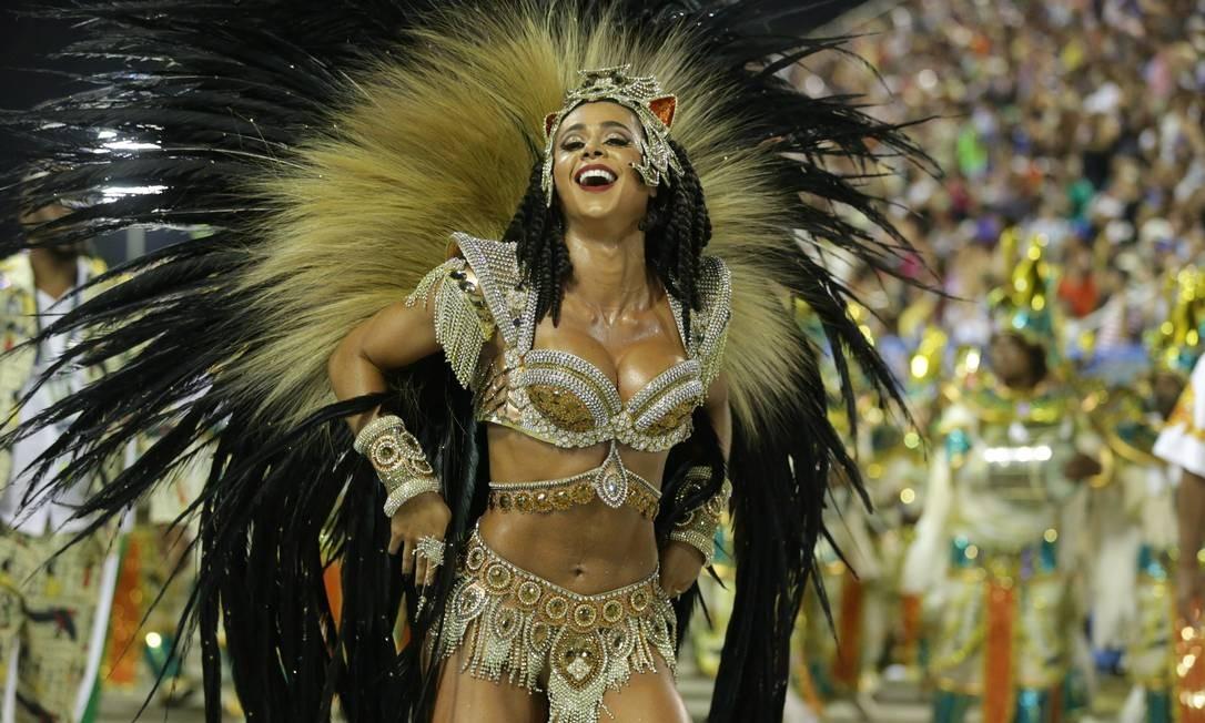 À frente da bateria da Imperatriz, Flavia Lyra é tenente do Corpo de Bombeiros e faz sua estreia no posto de rainha Marcio Alves / Agência O Globo