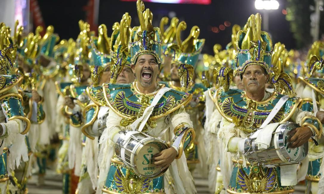"""Com o título """"Enigma das musas"""", ritmistas movimentam o samba da agremiação de Ramos Foto: Marcio Alves / Agência O Globo"""