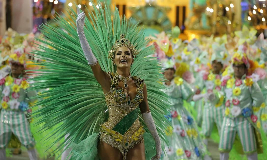 Fantasia de Carla Prata, destaque da Imperatriz Leopoldinense, reproduz faixa verde da bandeira da escola, na altura da cintura Marcio Alves / Agência O Globo
