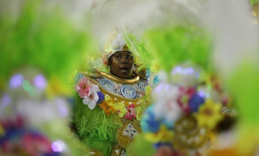 Com rendas, flores e formas, componentes da Imperatriz seguem cortejo na Sapucaí Foto: Marcio Alves / Agência O Globo