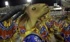 Componentes da Portela desfilam com chapéu de cabra, mas mesmo fantasias mais explícitas confundiram Foto: Guito Moreto / Agência O Globo