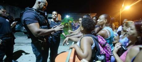 Policial conversa com familiares de presos Foto: Brenno Carvalho / Agência O Globo