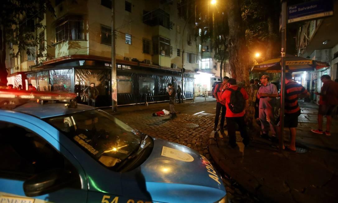 Tiroteio em Laranjeiras com dois mortos entre as ruas São Salvador com Senador Correia Foto: Fabio Gonçalves / Agência O Globo