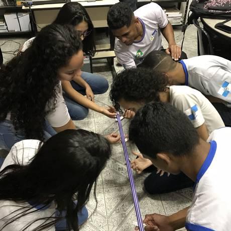 Alunos do Colégio Estadual Dunshee de Abranches, durante aula de biologia Foto: Divulgação