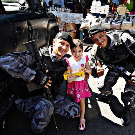Policiais militares distribuem bombons na Rocinha Foto: Divulgação / PMERJ