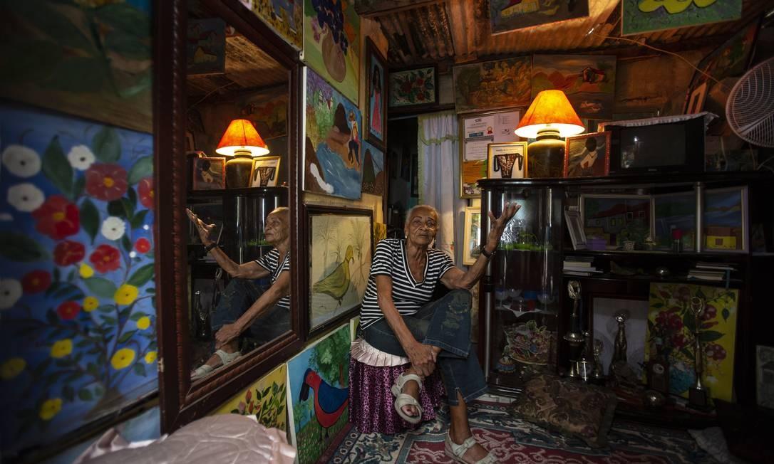 Artista de 70 anos que mora na Cidade de Deus e ganhou prêmio do Ministerio da Cultuura Foto: Alexandre Cassiano / Agência O Globo