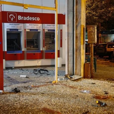 Fachada da agência, localizada na esquina das ruas General Glicério com Laranjeiras, ficou destruída em ataque em 6 de maio deste ano Foto: Uanderson Fernandes / Agência O Globo