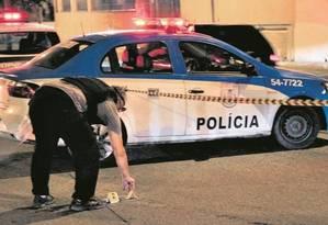 Um investigador marca um ponto onde foi recolhida uma bala usada no dia do assassinato de Marielle Franco Foto: Uanderson Fernandes / Agência O Globo