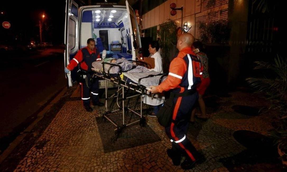 Bebê baleado no Cosme Velho é socorrido em hospital na Lagoa Foto: Marcos Ramos / Agência O Globo