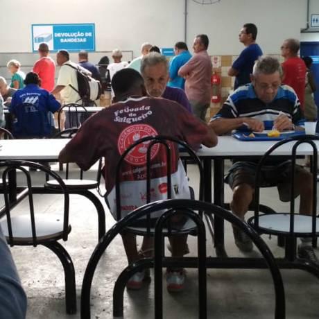 Quem foi ao restaurante popular de Bonsucesso enfrentou filas Foto: Vitor Seta / Agência O Globo