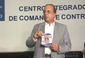 Pezão apresenta adesivo com símbolo da Defesa Civil que serão colados em caminhões Foto: Flávia Junqueira