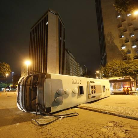Ônibus tombado após colisão Foto: Domingos Peixoto / Agência o Globo