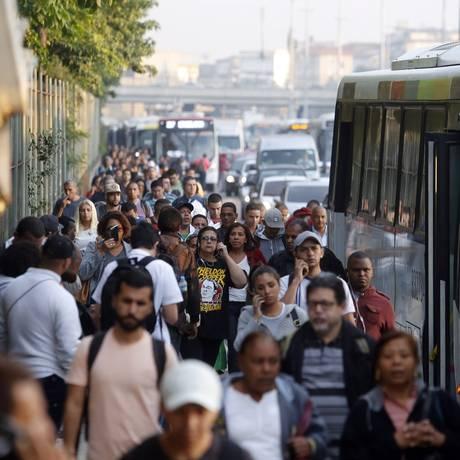 Ponto de ônibus lotado na Avenida Brasil com a greve dos rodoviários Foto: Marcos de Paula / Agência O Globo
