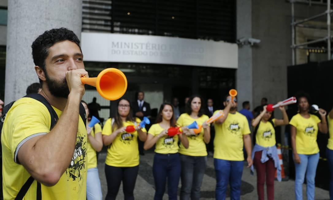 Ele, a viúva de Mariele e Renata Neder, coordenadora de pesquisa da ONG, se reuniram com o procurador geral Eduardo Gussem durante o ato Foto: Pablo Jacob / O Globo
