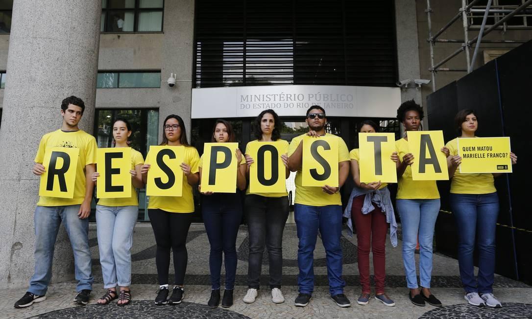 Durante a manifestação os voluntários da Anistia tocaram cornetas em frente ao Ministério Público, e através de um alto falante, cobraram a identificação de quem matou Marielle e do mandante do crime Foto: Pablo Jacob / O Globo