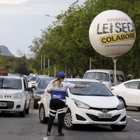 Blitz da Operação Lei seca no Rio Foto: Domingos Peixoto/05-01-2017 / Agência O Globo