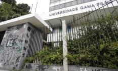 Fachada da Universidade Gama Filho: pichações e mato para todo lado Foto: Pablo Jacob / Agência O Globo