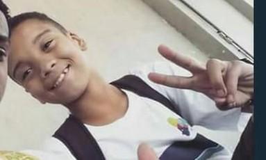 Menino de 14 anos foi baleado no caminho para a escola, na Maré Foto: Reprodução