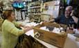 Frequentadora preenche abaixo-assinado em prol do gato Foto: Guilherme Pinto / Agência O Globo