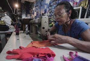 Sonia de Lima, foi aluna da primeira turma do Ecomoda. Hoje é costureira do atelier de Almir França, mas aprendeu a costurar no projeto, aos 56 anos Foto: Gabriel Monteiro / Agência O Globo