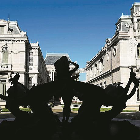 Arte. Fonte de autoria do escultor Emile Guillaume, nos jardins em frente à entrada lateral: sereias e golfinhos de bronze Foto: Gustavo Miranda
