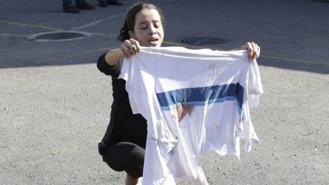 Bruna, mãe de Marcos Vinicius da Silva, exibe camisa que adolescente usava quando foi baleado no Complexo da Maré. Ele morreu no hospital Foto: Antonio Scorza 21-06-2018 / Agência O Globo
